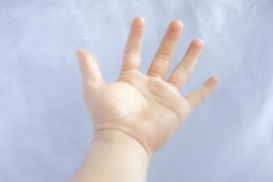手を上げて表現